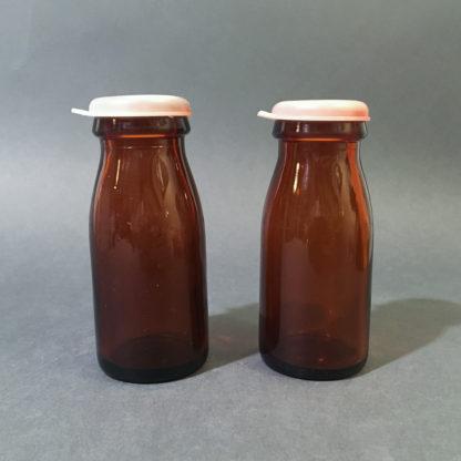 Brune flødeflasker med låg